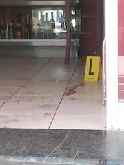 Le tracce di sangue dopo la sparatoria