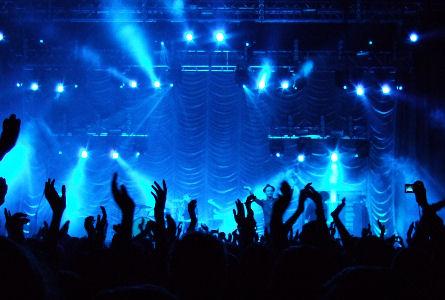 Minimo rischio di contagio per i concerti al coperto. Uno studio tedesco lo dimostra