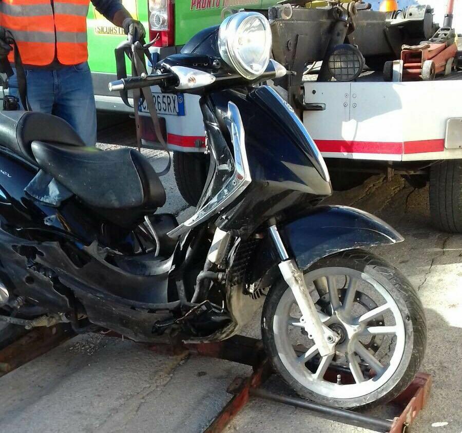 Incidente in via Salemi, auto si scontra con uno scooter