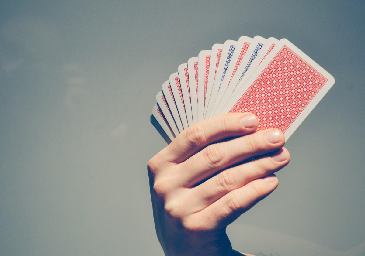 Giocano a carte in un magazzino, la polizia li scova e li multa