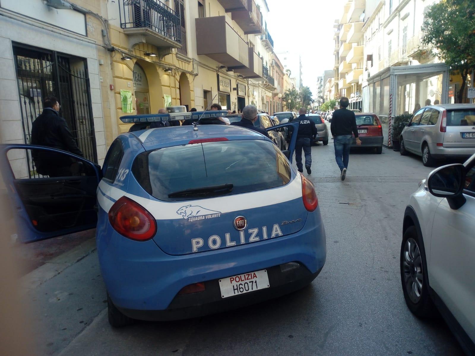 Durante un inseguimento in via Roma una volante della Polizia tampona una macchina