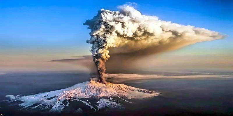 Etna, eruzione spettacolare nella notte | VIDEO