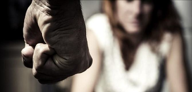 Romeno condannato a quattro anni. Picchiava e frustava la moglie