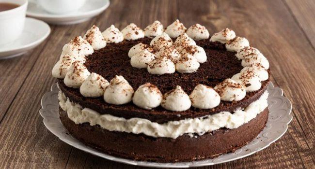 La torta al cacao con crema al latte