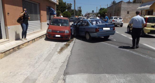 Tampona un'auto e poi finisce contro una vettura in sosta, due feriti