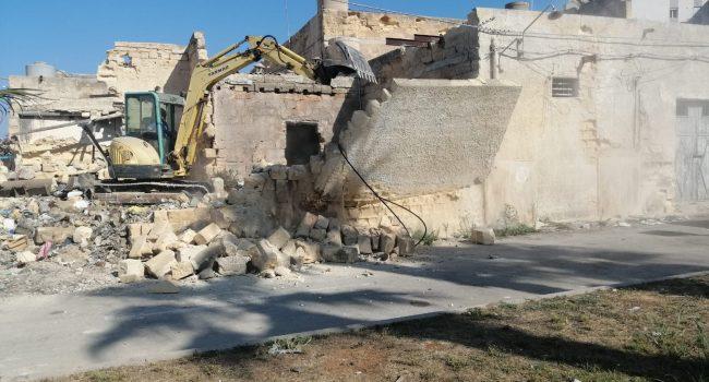 Degrado al Porto di Marsala: il Comune demolisce il casolare pericolante