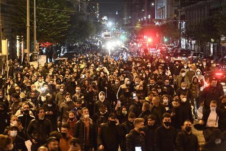 Napoli: notte di fuoco, la protesta sfocia in guerriglia (VIDEO)