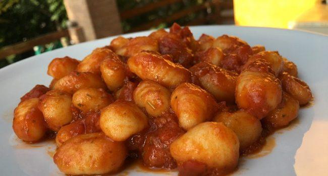 Gli gnocchi, pomodoro e pesto   Ricetta