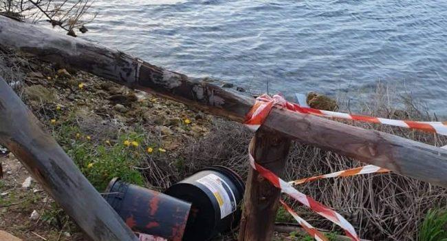 """Pista ciclabile dello Stagnone: la vernice rossa gettata """" a mare"""" con indifferenza"""