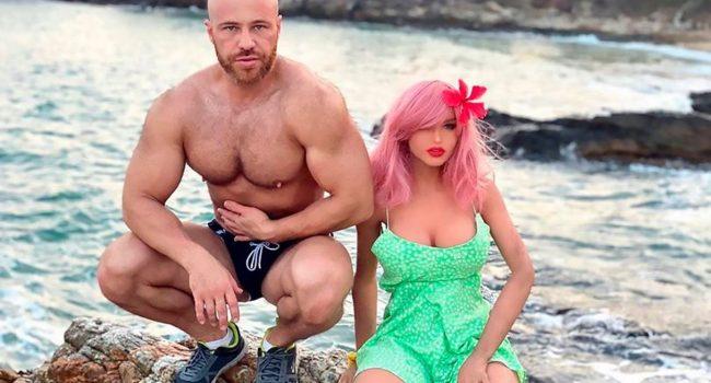 """Bodybuilder sposa la sua bambola gonfiabile: """"è la donna perfetta per me, mi piace troppo il sesso"""""""