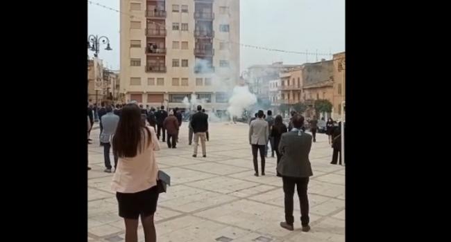 A Ribera festa in piazza dopo la messa, ma è zona rossa